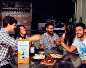Grupo de amigos disfrutando del Kit de Picoteo de La Guita
