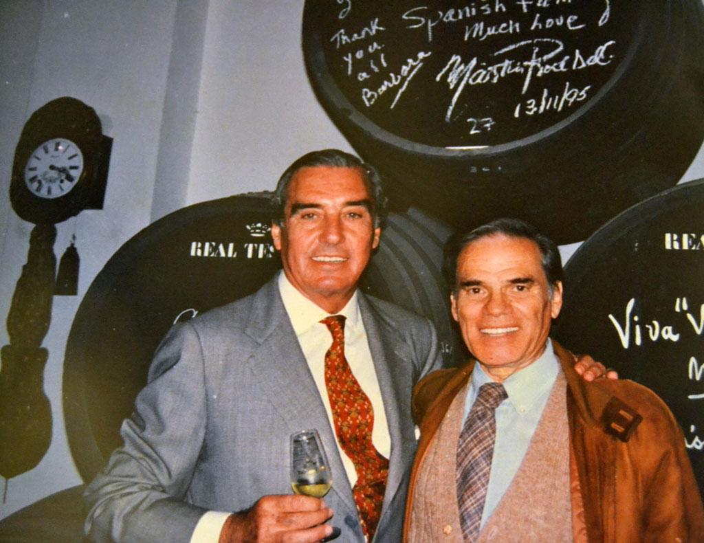 José Estévez con Martin Rodbell, en su visita a la bodega en 1995.