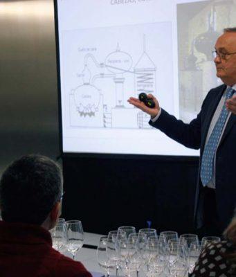 Luís Miguel Trillo impartiendo una cata