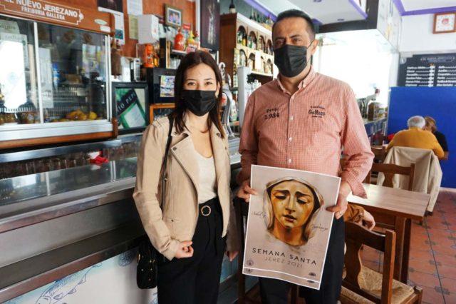 La artista Inma Peña entrega el Cartel de Semana Santa 2021 a Antonio Boina de Freiduría Gallega El Nuevo Jerezano.