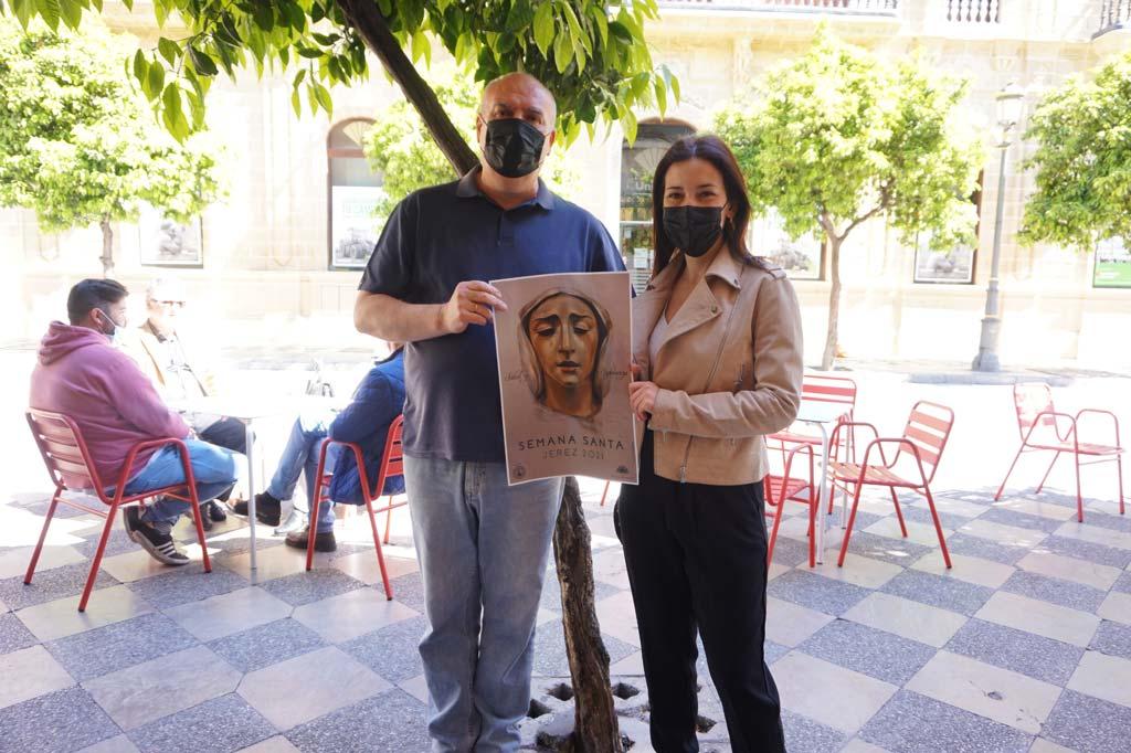 La artista Inma Peña entrega el Cartel de Semana Santa 2021 a Atilano de La Moderna.