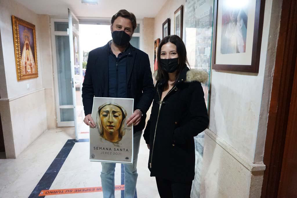 La artista Inma Peña entrega el Cartel de Semana Santa 2021 a Damián, Hermano Mayor de la Hermandad de San Benito de Jerez.