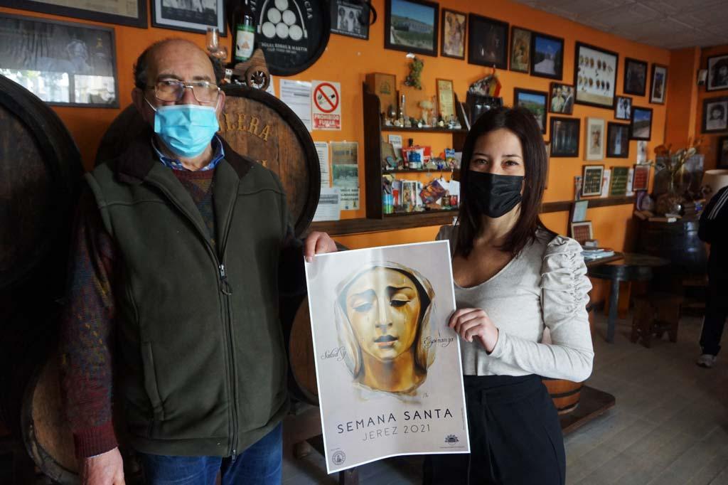 La artista Inma Peña entrega el Cartel de Semana Santa 2021 a José María Martín en la Bodeguita de Bodega La Constancia.